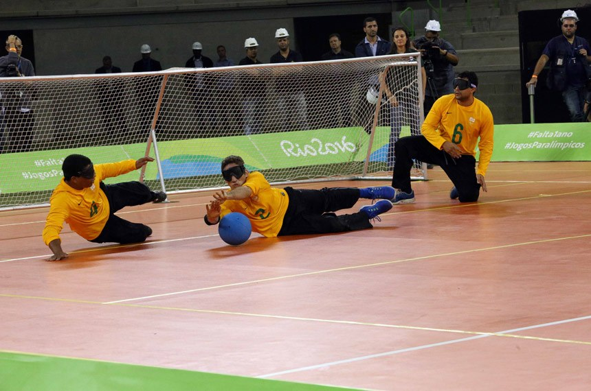 """Rio de Janeiro – Na contagem regressiva de 1 ano para os Jogos Paralímpicos Rio 2016, o prefeito do Rio, Eduardo Paes, apresentou a Arena do Futuro. Com capacidade para 12 mil pessoas, o ginásio abrigará as competições de handebol, durante as olimpíadas, e de goalball, nas paralimpíadas. Ao lado do presidente de Comitê Paralímpico Internacional (IPC), Sir Philip Craven</rdf:li> <rdf:li xml:lang=""""x-repair""""> do presidente do Comitê Paralímpico Brasileiro e vice-presidente do IPC, Andrew Parsons</rdf:li> <rdf:li xml:lang=""""x-repair""""> e do presidente do Comitê Organizador dos Jogos Olímpicos e Paralímpicos Rio 2016, Carlos Arthur Nuzman, Paes assistiu a Seleção Brasileira campeã de goalball do Parapan de Toronto estreando a quadra da Arena do Futuro na primeira partida jogada em uma instalação do Parque Olímpico."""