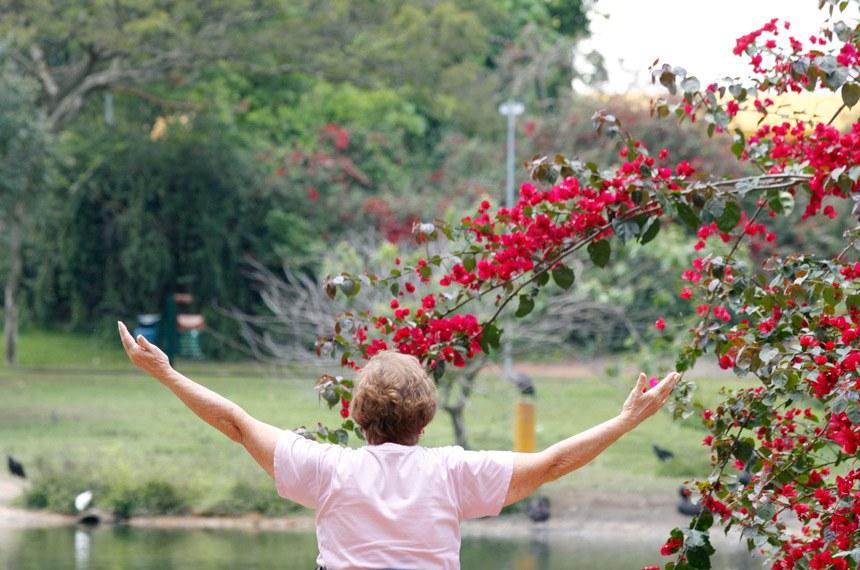 O Dia Nacional do Idoso foi estabelecido em 1999 pela Comissão de Educação do Senado Federal e serve para refletir a respeito da situação do idoso no país, seus direitos e dificuldades. Na foto: Idosa no parque