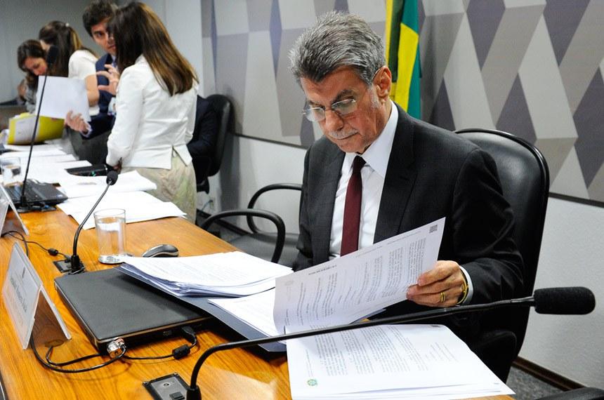 Comissão Mista da Medida Provisória (CMMPV) nº 817/2018, que trata sobre a transposição de servidores dos ex-territórios, realiza reunião para apreciação de relatório.  Mesa: presidente da CMMPV 817/2018, deputada Maria Helena (PSB-RR); relator da CMMPV 817/2018, senador Romero Jucá (PMDB-RR).  Foto: Marcos Oliveira/Agência Senado