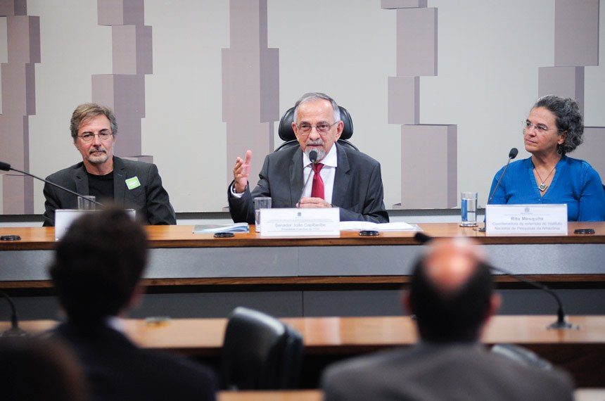 """Comissão de Direitos Humanos e Legislação Participativa (CDH) realiza audiência interativa para tratar sobre o tema: """"Desmatamento Zero para garantir o futuro socioambiental e econômico do Brasil"""".  Mesa: pesquisador sênior do Instituto de Pesquisa Ambiental da Amazônia (Ipam), Paulo Moutinho; presidente eventual da CDH, senador João Capiberibe (PSB-AP); coordenadora de extensão do Instituto Nacional de Pesquisas da Amazônia (Inpa), Rita Mesquita.  Foto: Pedro França/Agência Senado"""