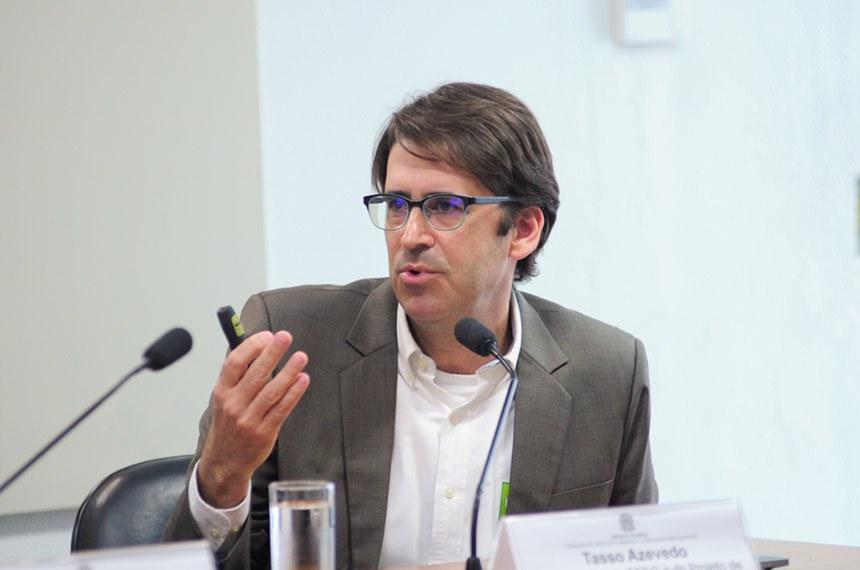 """Comissão de Direitos Humanos e Legislação Participativa (CDH) realiza audiência interativa para tratar sobre o tema: """"Desmatamento Zero para garantir o futuro socioambiental e econômico do Brasil"""".  Em pronunciamento, coordenador do Sistema de Estimativa de Emissões de Gases do Efeito Estufa do Observatório do Clima (Seeg), e do Projeto de Mapeamento Anual da Cobertura e Uso do Solo no Brasil (MapBiomas), Tasso Azevedo.  Foto: Pedro França/Agência Senado"""