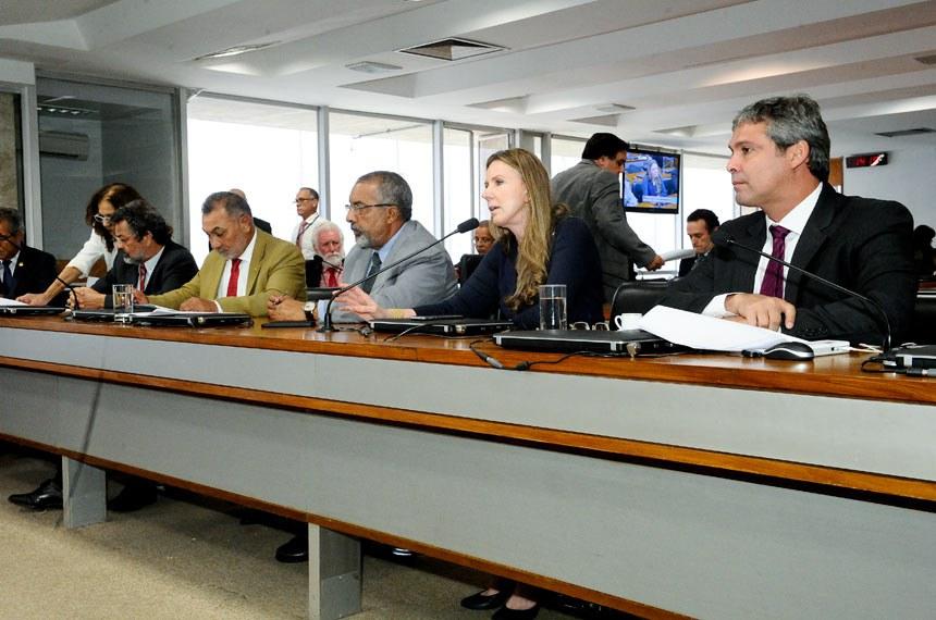 Comissão de Direitos Humanos e Legislação Participativa (CDH) realiza reunião com19 itens. Na pauta, o PLS 382/2011, que obriga cota de brinquedos para crianças com deficiência em shoppings.  Bancada: senador Paulo Rocha (PT-PA); senador Telmário Mota (PTB-RR);  senador Paulo Paim (PT-RS);  senadora Vanessa Grazziotin (PCdoB-AM); senador Lindbergh Farias (PT-RJ).  Foto: Waldemir Barreto/Agência Senado