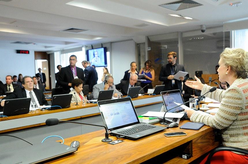 Comissão de Assuntos Sociais (CAS) realiza reunião com 16 itens. Na pauta, PLS 433/2011, que altera regra de rescisão contratual por inadimplência dos contratos de planos de saúde.  Foto: Geraldo Magela/Agência Senado