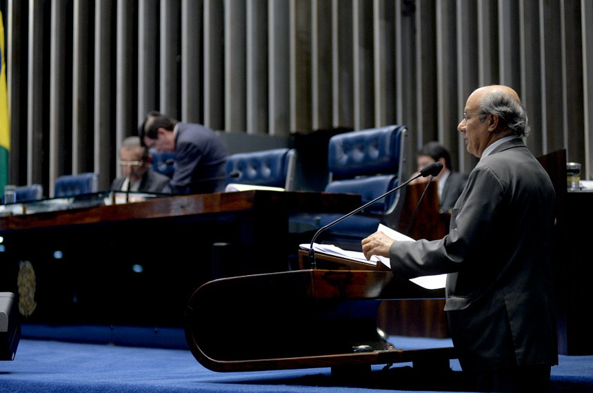 Plenário do Senado Federal durante sessão deliberativa ordinária.   À mesa, senador José Maranhão (PMDB-PB).  Em discurso, à tribuna, senador José Pimentel (PT-CE).  Foto: Jonas Pereira/Agência Senado
