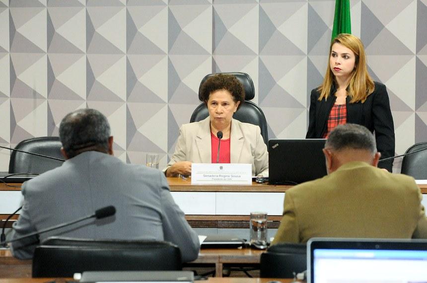 Comissão de Direitos Humanos e Legislação Participativa (CDH) realiza reunião com19 itens. Na pauta, o PLS 382/2011, que obriga cota de brinquedos para crianças com deficiência em shoppings.  Em pronunciamento, à mesa, presidente da CDH, senadora Regina Sousa (PT-PI).  Foto: Waldemir Barreto/Agência Senado