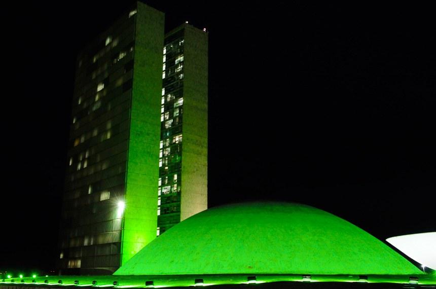 Congresso Nacional ganha iluminação verde para alertar sobre acidentes de trabalho no país.   O Congresso Nacional está iluminado com a cor verde. Trata-se do Abril Verde, uma campanha de apoio ao Dia Mundial em Memória às Vítimas de Acidente e Doenças de Trabalho. Celebrada em 28 de abril, a data foi instituída, em 2003, pela Organização Internacional do Trabalho (OIT). A iniciativa de solicitar a iluminação especial do prédio do Congresso é do senador Paulo Paim (PT-RS). Para o parlamentar, o Abril Verde conscientiza a população e une forças na busca de ambientes de trabalho mais seguros.   Foto: Waldemir Barreto/Agência Senado