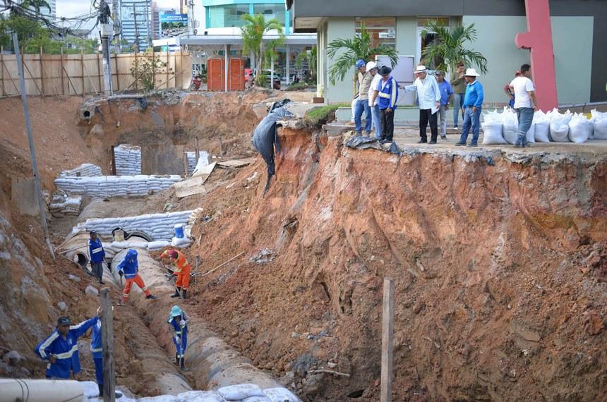 12.04.18 Obras de drenagen profunda na Av. Djalma Batista. sanemento  Fotos: Diego Caja/Seminf.