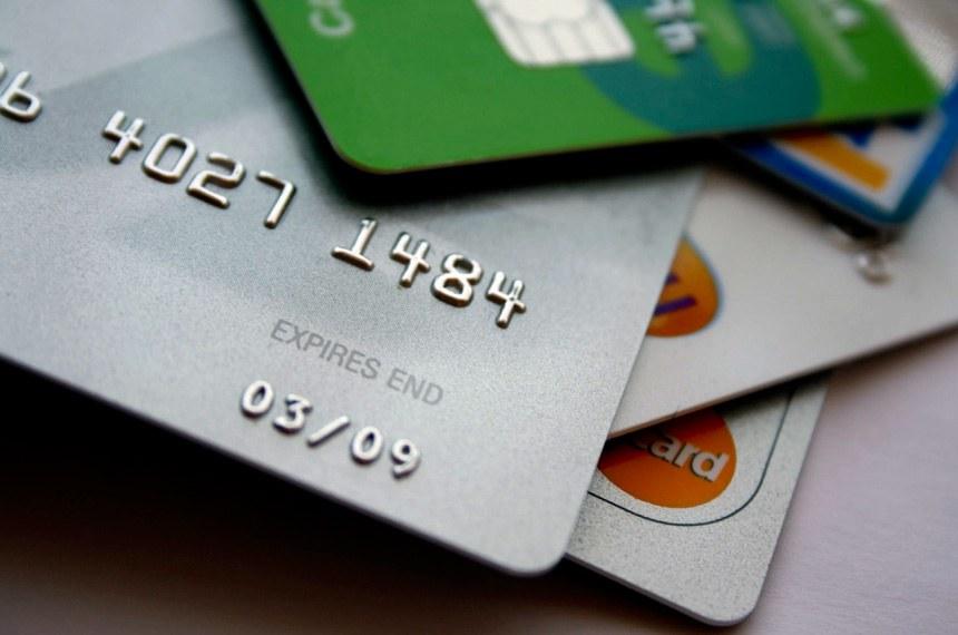 Foto: Steve Woods/SXC  Cartões de crédito empilhados.
