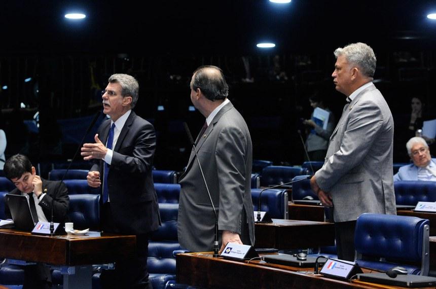 O senador Romero Jucá (PMDB-RR) pediu o adiamento da votação por uma semana. Os senadores Omar Aziz (PSD-AM) e Sérgio Petecão (PSD-AC) defenderam o reajuste para as lotéricas