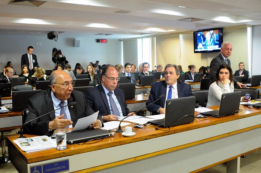 Comissão de Assuntos Econômicos (CAE) realiza reunião com 22 itens na pauta. Entre eles, o PLS 350/2015-complementar, que define como competência do Conselho Administrativo de Defesa Econômica (Cade), a defesa da concorrência no Sistema Financeiro Nacional, e dá outras providências.  Bancada: senador Pedro Chaves (PRB-MS); senador Fernando Bezerra Coelho (PMDB-PE); senador Waldemir Moka (PMDB-MS);  senadora Simone Tebet (PMDB-MS).  Foto: Geraldo Magela/Agência Senado