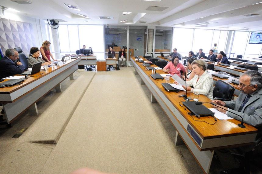 Comissão de Direitos Humanos e Legislação Participativa (CDH) realiza reunião com 23 itens. Na pauta, o PLS 382/2011, que obriga cota de brinquedos para crianças com deficiência em shoppings.  À mesa, presidente da CDH,  senadora Regina Sousa (PT-PI).  Foto: Edilson Rodrigues/Agência Senado