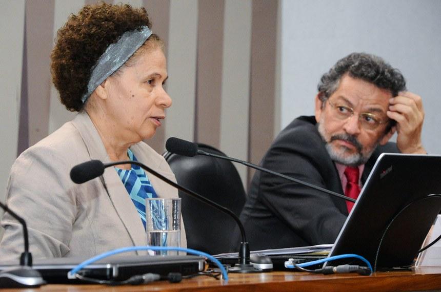 Comissão de Direitos Humanos e Legislação Participativa (CDH) realiza reunião com 19 itens. Entre eles, o PLS 382/2011, sobre brinquedos adaptados para crianças com deficiência.  Mesa: presidente da CDH, senadora Regina Sousa (PT-PI); senador Paulo Rocha (PT-PA).  Foto: Waldemir Barreto/Agência Senado