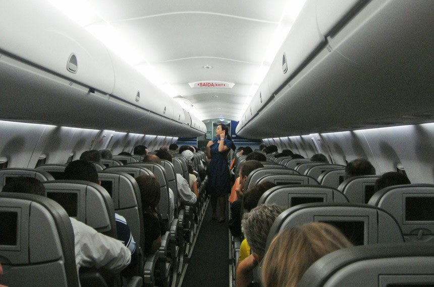 Interior cabin Azul's Embraer 190 (actual flight MGF-VCP), Brazil. Cabine interior Embraer 190 da Azul (voo real MGF-VCP), Brasil.
