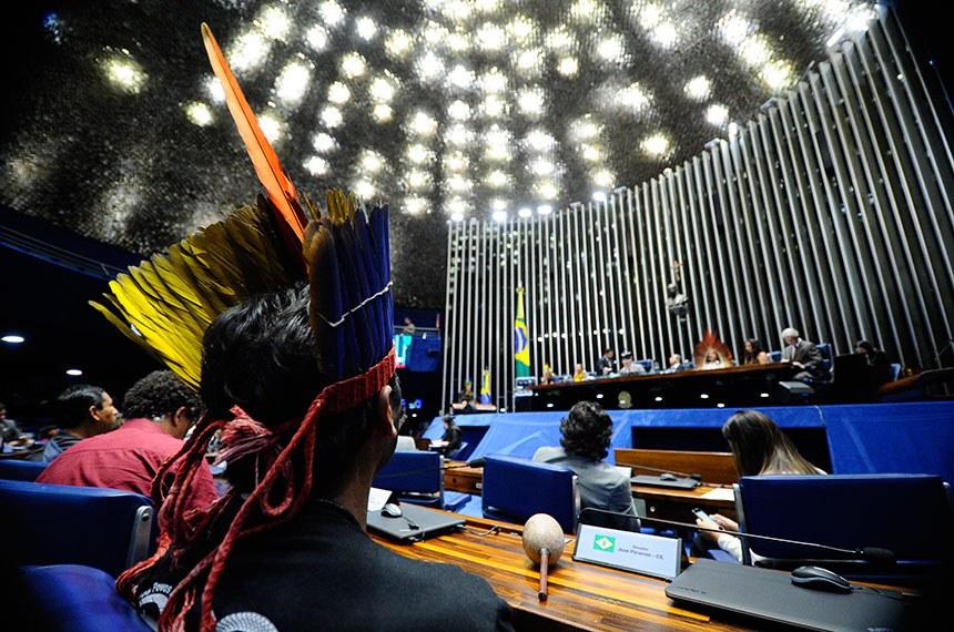 Plenário do Senado Federal durante sessão especial destinada a homenagear os povos indígenas em razão do Dia do Índio.   Mesa:  líder indígena, Paulinho Paiakã;  líder de Redenção do Estado do Pará e Cacica Índigena Kayapo, Tuire Kayapó;  graduada na 11ª turma de Medicina da Universidade Federal de Tocantins, Maira dos Santos Bentes Tapuia;  presidente e requerente da sessão, senador Telmário Mota (PTB-RR);  coordenador dos Jogos Mundiais Indígenas e membro da Comissão de Justiça e Paz da Conferência Nacional dos Bispos do Brasil (CNBB), Marcos Terena;  diretor do Memorial dos Povos Indígenas de Brasília e líder indígena de São Gabriel da Cachoeira do Estado de Amazonas, Álvaro Fernandes Sampaio Tukano;  representante da Universidade Estadual de Maringá-PR, Maria Angelita da Silva;  subprocurador-geral da República e membro da 6ª Câmara de Coordenação e Revisão, Rogério de Paiva Navarro.  Foto: Marcos Oliveira/Agência Senado