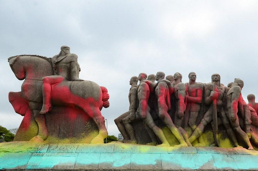 30.09.2016 Monumento às Bandeiras amanheceu pichado São Paulo - O Monumento às Bandeiras, no Parque do Ibirapuera, amanheceu pichado com tintas coloridas (Rovena Rosa/Agência Brasil)