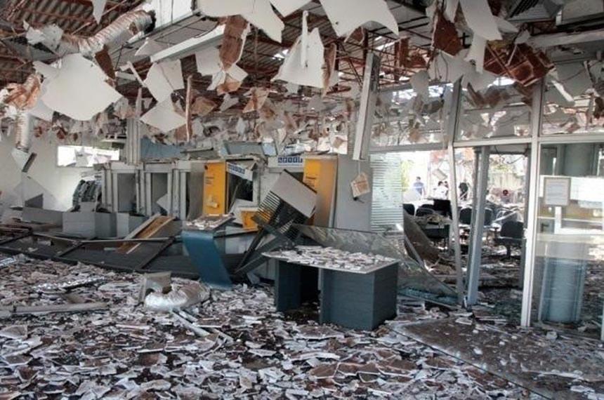 Agência bancária em Sonoro, foi explodida por quadrilha fortemente armada, fizeram reféns para ajudar no roubo e atiraram contra a delegacia de Polícia Civil e o batalhão da Polícia Militar, a 364 quilômetros de Campo Grande.   Foto: Policia Civil/RS