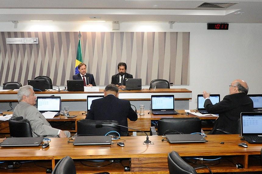 Comissão de Serviços de Infraestrutura (CI) realiza reunião com 17 itens. Na pauta, o PLS 11/2013, que destina recursos da  Contribuição de Intervenção no Domínio Econômico (Cide) para projetos de infraestrutura urbana de transportes coletivos.  Mesa: vice-presidente da CI, senador Acir Gurgacz (PDT-RO); senador Valdir Raupp (PMDB-RO).  À bancada: senador Flexa Ribeiro (PSDB-PA);  senador Telmário Mota (PTB-RR);  senador Elmano Férrer (Pode-PI).  Foto: Pedro França/Agência Senado
