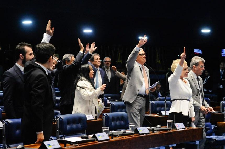 Plenário do Senado Federal durante sessão deliberativa ordinária.   Participam:  senador Eduardo Amorim (PSDB-SE);  senador Humberto Costa (PT-PE);  senador Randolfe Rodrigues (Rede-AP);  senador Romero Jucá (PMDB-RR);  senador Ronaldo Caiado (DEM-GO);  senador Waldemir Moka (PMDB-MS);  senadora Marta Suplicy (PMDB-SP);  senadora Rose de Freitas (PMDB-ES).  Foto: Roque de Sá/Agência Senado