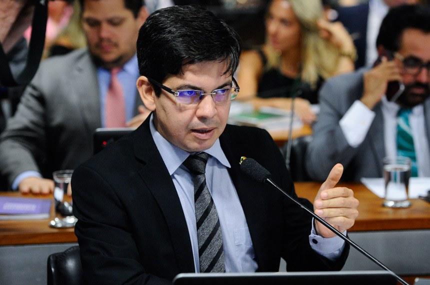 Comissão Mista da Medida Provisória nº 817, de 2018 (Enquadramento e remuneração de servidores de ex-Territórios), realiza reunião deliberativa para apreciação de relatório.   À bancada em pronunciamento, senador Randolfe Rodrigues (Rede-AP).  Foto: Marcos Oliveira/Agência Senado