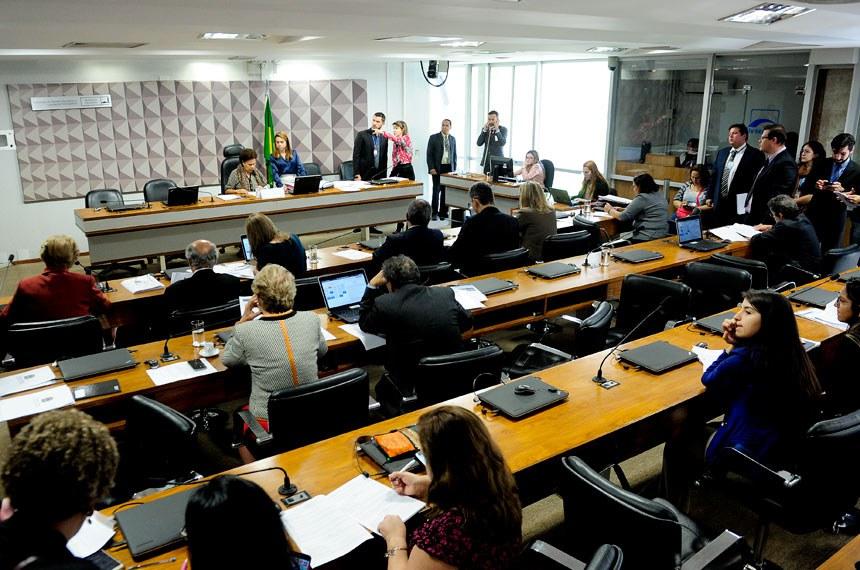Comissão de Direitos Humanos e Legislação Participativa (CDH) realiza reunião com 23 itens. Entre eles, o PLS 382/2011, que dispõe sobre a instalação de brinquedos adaptados para crianças com deficiência ou mobilidade reduzida.  À mesa, presidente da CDH, senadora Regina Sousa (PT-PI)  Foto: Pedro França/Agência Senado