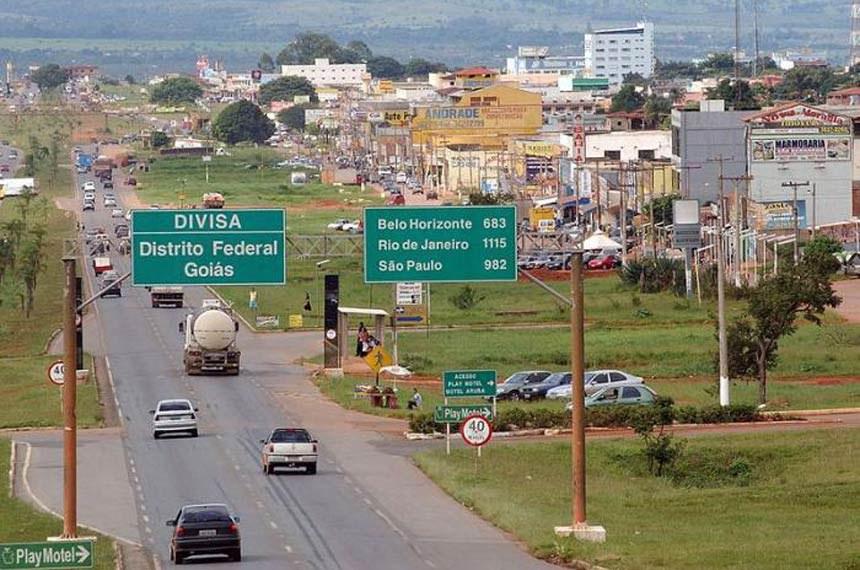 "Divisa entre Goiás (Valparaíso de Goiás) e Distrito Federal.  Conforme o Artigo 1º da Lei Nº 2.874, de 19 de setembro de 1956. A fronteira sul do Distrito Federal segue o paralelo 15°03'00"" S, portanto a divisa fica 150 metros ao Norte, próximo ao Viaduto Desembargador José Dilermano Meireles. Cidades vizinhas: Luziânia, Unaí, Silvânia Coordenadas:   16°3'4""S   47°58'53""W"