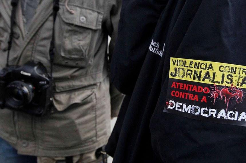 Violência contra jornalistas. Protesto pela democracia. Profissionais da mídia