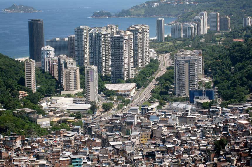 Favela da Rocinha e o bairro de São Conrado 21 de março de 2008  Imagem mostra desigualdade social no Rio de janeiro
