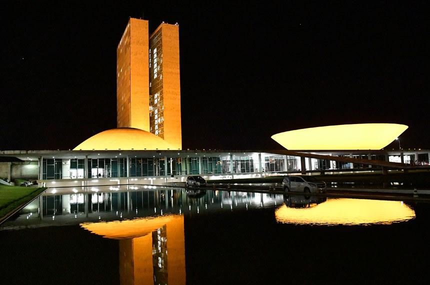 Fachada do Congresso Nacional iluminada de Amarelo, maio amarelo.  Iluminação amarela nas cúpulas do Congresso Nacional. O maio amarelo ocorre para conscientização para o grande número de acidentes de trânsito no país.  Foto: Jonas Pereira/Agência Senado