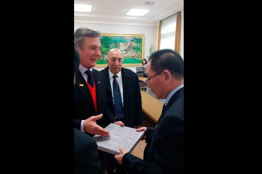 Fernando Collor e Pedro Chaves se encontram com o chefe de Estado da República Democrática Popular da Coreia,  Kim Yong-nam