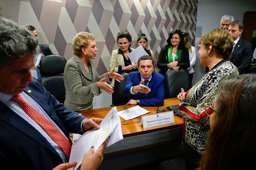 Comissão Mista da Medida Provisória (CMMPV) -  MP 818/2018, que amplia prazo para criação de planos de desenvolvimento urbano integrado, realiza reunião para apreciação de relatório.  Participam: presidente da CMMPV 818/2018, senadora Marta Suplicy (PMDB-SP); relator da CMMPV 818/2018, deputado Fausto Pinato (PP-SP); deputado Paulo teixeira (PT-SP); deputada Margarida Salomão (PT-MG).  Foto: Roque de Sá/Agência Senado