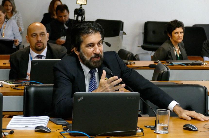 Comissão de Meio Ambiente (CMA) realiza reunião com 16 itens. Na pauta, o PLS 158/2012, que prioriza o registro de patentes verdes.  Em pronunciamento, à bancada, senador Valdir Raupp (PMDB-RO).  Foto: Roque de Sá/Agência Senado