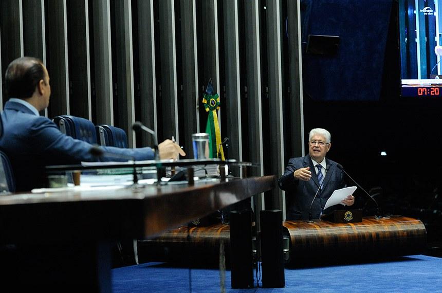 Plenário do Senado Federal durante sessão deliberativa extraordinária.  À mesa, senador Ataídes Oliveira (PSDB-TO).  Em discurso, à tribuna, senador Roberto Requião (PMDB-PR).  Foto: Geraldo Magela/Agência Senado