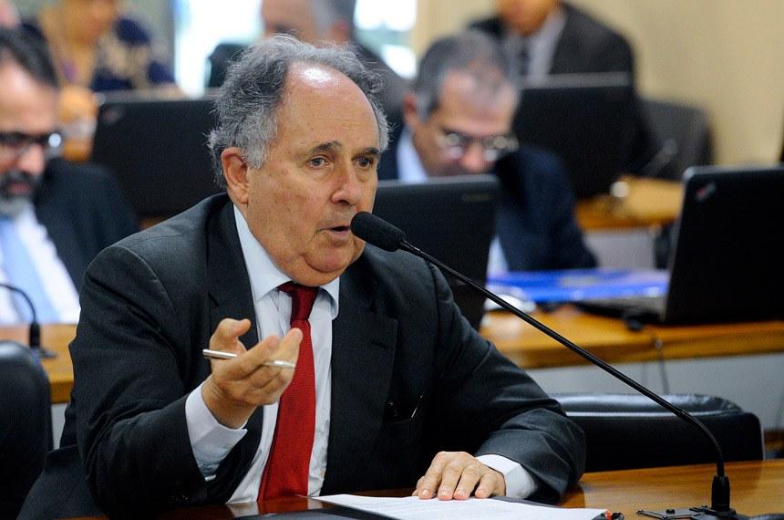 Comissão de Assuntos Econômicos (CAE) realiza audiência interativa para debater como inovação e competição podem ajudar a reduzir os custos da intermediação financeira.   Em pronunciamento, senador Cristovam Buarque (PPS-DF).  Foto: Marcos Oliveira/Agência Senado