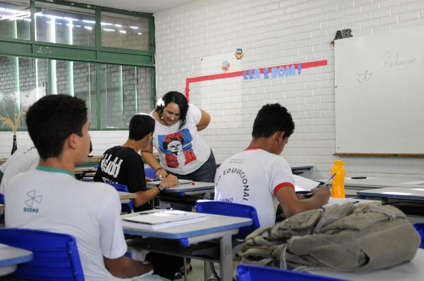 """Centro Educacional Gisno (CEd Gisno), Asa Norte, Brasília/DF.   A comissão mista responsável pela análise da medida provisória que reestrutura o Ensino Médio (MP 746/2016) realiza ciclo de audiências públicas para discutir a medida provisória.   A MP 746 promove mudanças na grade curricular do Ensino Médio, permitindo que os sistemas locais de ensino organizem, de maneira própria, a oferta dos conteúdos da Base Nacional Comum Curricular, criando estruturas de módulos, créditos ou disciplinas. Além disso, a MP expande a grade horária, das atuais 800 horas por ano para 1.400.   Outra mudança trazida pela MP é a dispensa da necessidade de diploma de licenciatura para os professores da educação básica. Pelo texto, podem ser contratados profissionais pelo critério de """"notório saber"""" para ministrar aulas que tenham relação com a sua formação específica.   Foto: Pillar Pedreira/Agência Senado"""