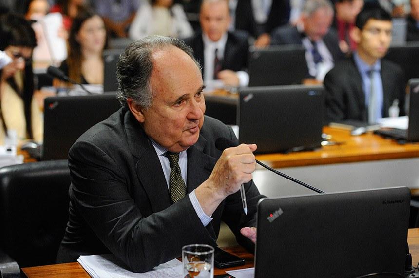 Comissão de Assuntos Econômicos (CAE) realiza reunião com 14 itens na pauta. Entre eles, o PLC 122/2015, que impede sublocação de imóvel pelo franqueador.  Em pronunciamento, senador Cristovam Buarque (PPS-DF).  Foto: Marcos Oliveira/Agência Senado