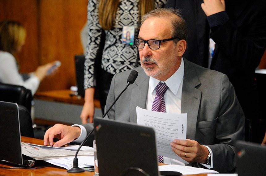 Comissão de Assuntos Econômicos (CAE) realiza reunião com 14 itens na pauta. Entre eles, o PLC 122/2015, que impede sublocação de imóvel pelo franqueador.  Senador Armando Monteiro (PTB-PE), em pronunciamento.  Foto: Marcos Oliveira/Agência Senado