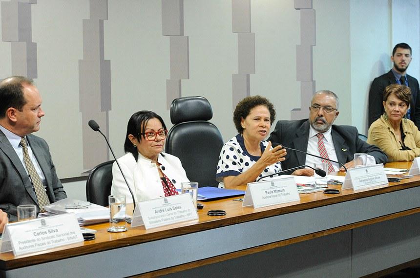 """Comissão de Direitos Humanos e Legislação Participativa (CDH) realiza audiência pública interativa para debater sobre: """"Os cento e trinta anos da Abolição da Escravatura e a Escravidão Moderna"""".   Mesa:  subprocurador-geral do Trabalho e representante da Coordenadoria de Erradicação do Trabalho Escravo do Ministério Público do Trabalho (MPT), André Luis Spies;  auditora fiscal do Trabalho, Paula Mazzulo;  presidente da CDH, senadora Regina Sousa (PT-PI);  vice-presidente da CDH, senador Paulo Paim (PT-RS);  diretora do Sindicato Nacional dos Auditores Fiscais do Trabalho (Sinait), Vera Jatobá.  Foto: Geraldo Magela/Agência Senado"""
