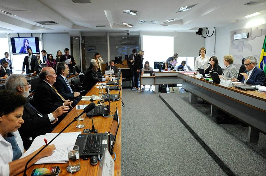 Comissão de Assuntos Sociais (CAS) realiza reunião com 16 itens. Na pauta, o PRS 38/2017, que cria a Instituição de Pesquisas Sociais Independente no âmbito do Senado.  Mesa: deputada Carmen Zanotto (PPS-SC), em pronunciamento; presidente da CAS, senadora Marta Suplicy (PMDB-SP); vice-presidente da CAS, senador Ronaldo Caiado (DEM-GO).  Foto: Geraldo Magela/Agência Senado