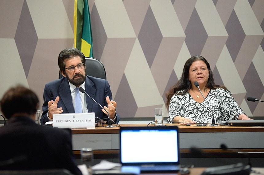 Comissão Mista da Medida Provisória (CMMPV) nº 826/2018, que cria cargos e funções para o Gabinete de Intervenção no Rio de Janeiro e dispõe sobre o pagamento da gratificação de representação de que trata a Medida Provisória nº 2.215-10, de 31 de agosto de 2001, realiza reunião para instalação e eleição de presidente e vice.  Mesa: presidente da CMMPV 826/2018, senador Valdir Raupp (PMDB-RO); relatora da CMMPV 826/2018, deputada Laura Carneiro (DEM-RJ).  Foto: Jefferson Rudy/Agência Senado
