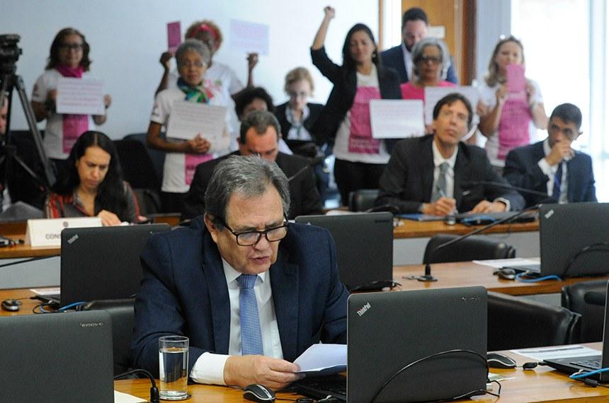 """Comissão de Assuntos Sociais (CAS) realiza reunião com 16 itens. Na pauta, o PRS 38/2017, que cria a Instituição de Pesquisas Sociais Independente no âmbito do Senado.  (E/D): senador Flexa Ribeiro (PSDB-PA); senador Waldemir Moka (PMDB-MS).  Ao fundo, mulheres exibem cartaz que diz: """" Eu venci o câncer de mama e estou aqui no Senado para pedir a aprovação do PLC 14/2018 do registro compulsório do câncer na Comissão de Assuntos Sociais.""""  Foto: Geraldo Magela/Agência Senado"""