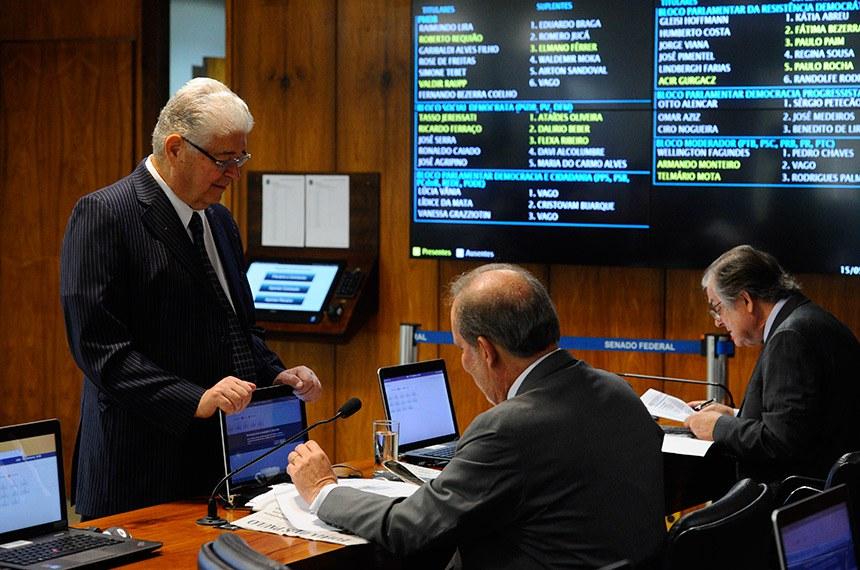 Comissão de Assuntos Econômicos (CAE) realiza reunião deliberativa com 14 itens na pauta. Entre eles, o PLC 122/2015, que impede sublocação de imóvel pelo franqueador.   Bancada:  senador Dalírio Beber (PSDB-SC);  senador Armando Monteiro (PTB-PE);  senador Roberto Requião (PMDB-PR).  Foto: Marcos Oliveira/Agência Senado