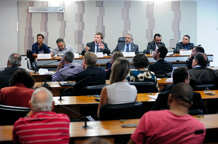 Comissão de Direitos Humanos e Legislação Participativa (CDH) realiza audiência pública interativa para discutir fechamento de agências dos Correios e demissão de funcionários.  Mesa: presidente do Sindicato dos Trabalhadores em Correios e Telégrafos do DF e Entorno (Sintect/DF), Jovan Sardinha; diretor Financeiro da Federação Interestadual dos Sindicatos de Trabalhadores e Trabalhadoras dos Correios (Findect), Anézio Rodrigues; presidente da Empresa Brasileira de Correios e Telégrafos (EBCT), Carlos Roberto Fortner; vice-presidente da CDH, senador Paulo Paim (PT-RS); secretário-geral da Federação Nacional dos Trabalhadores em Empresas de Correios e Telégrafos e Similares (Fentect), José Rivaldo da Silva; da Costa; diretor da Associação Nacional dos Trabalhadores da Empresa de Correios e Telégrafos (Anatect), Edilson Pereira Nery.  Foto: Pedro França/Agência Senado