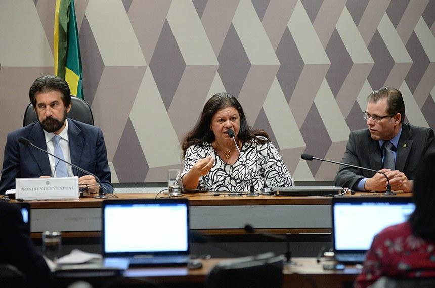 Comissão Mista da Medida Provisória (CMMPV) nº 826/2018, que cria cargos e funções para o Gabinete de Intervenção no Rio de Janeiro e dispõe sobre o pagamento da gratificação de representação de que trata a Medida Provisória nº 2.215-10, de 31 de agosto de 2001, realiza reunião para instalação e eleição de presidente e vice.  Mesa: presidente da CMMPV 826/2018, senador Valdir Raupp (PMDB-RO); relatora da CMMPV 826/2018, deputada Laura Carneiro (DEM-RJ); deputado Leonardo Quintão (PMDB-MG).  Foto: Jefferson Rudy/Agência Senado