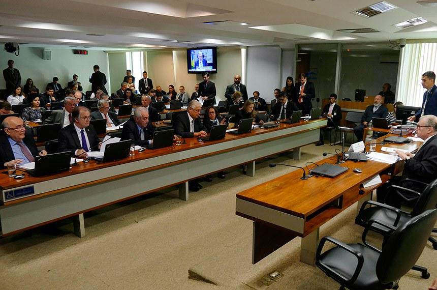 Comissão de Assuntos Econômicos (CAE) realiza reunião com15 itens. Na pauta, o PLS 330/2013, que estabelece regras de proteção de dados pessoais.   À mesa, presidente da CAE, senador Tasso Jereissati (PSDB-CE) conduz reunião.  Bancada: senador Flexa Ribeiro (PSDB-PA); senador Dalírio Beber (PSDB-SC);  senador Otto Alencar (PSD-BA);  senador Roberto Requião (PMDB-PR); senadora Lídice da Mata (PSB-BA); senadora Gleisi Hoffmann (PT-PR); senador Ricardo Ferraço (PSDB-ES).  Foto: Roque de Sá/Agência Senado