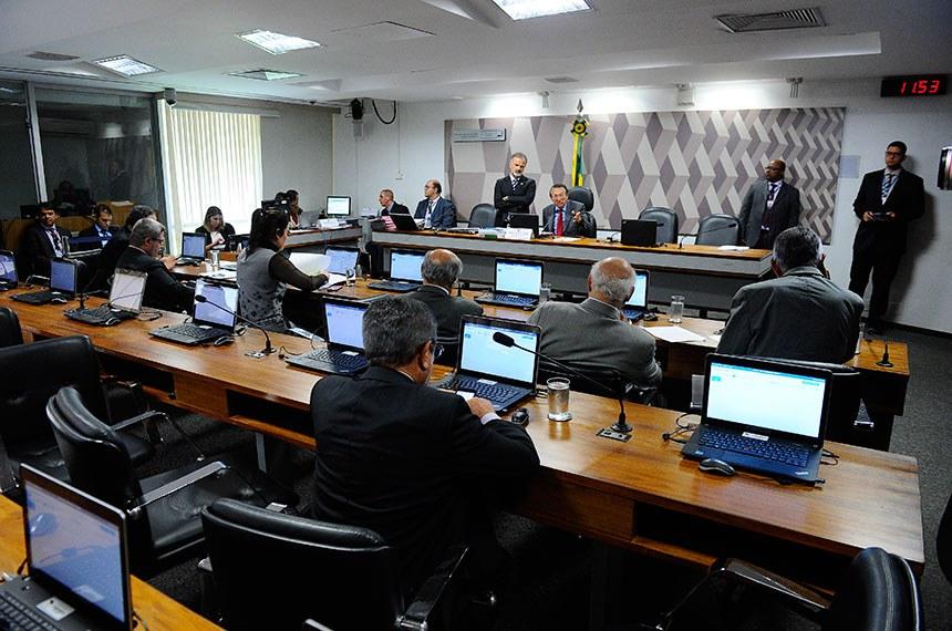 Comissão de Constituição, Justiça e Cidadania (CCJ) realiza reunião deliberativa com 26 itens. Entre eles, o PLS 227/2012, que estabelece regras para o registro de crimes pelos órgãos de segurança.   À mesa, presidente da CCJ, senador Edison Lobão (PMDB-MA).  Foto: Marcos Oliveira/Agência Senado
