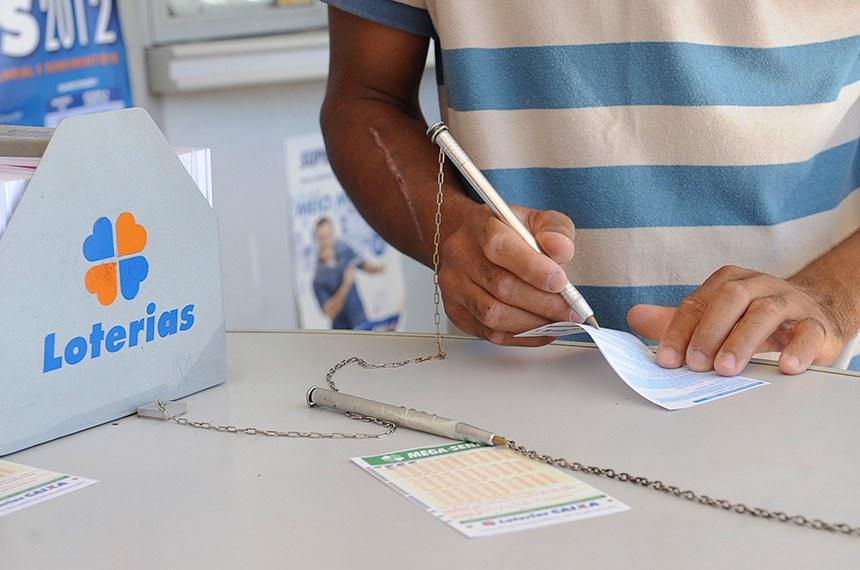 As casas lotéricas de todo o país começaram a receber apostas para o Bolão da Caixa, uma nova modalidade de apostas nas loterias. Os apostadores poderão fazer grupos para concorrer aos prêmios da Mega-Sena, Dupla Sena, Quina, Loteca e Lotofácil.