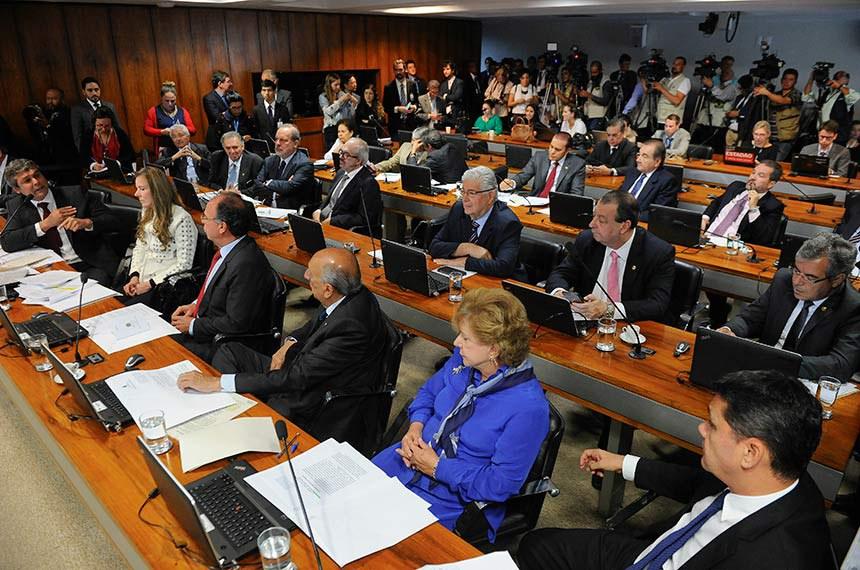 Comissão de Assuntos Econômicos (CAE) realiza audiência pública interativa para debater política de preços dos combustíveis.  Em pronunciamento, senador Lindbergh Farias (PT-RJ).  Bancada:  senador Jorge Viana (PT-AC); senador Pedro Chaves (PRB-MS); senador Roberto Requião (PMDB-PR);  senadora Vanessa Grazziotin (PCdoB-AM); senador Roberto Muniz (PP-BA); senadora Lúcia Vânia (PSB-GO).  Foto: Marcos Oliveira/Agência Senado
