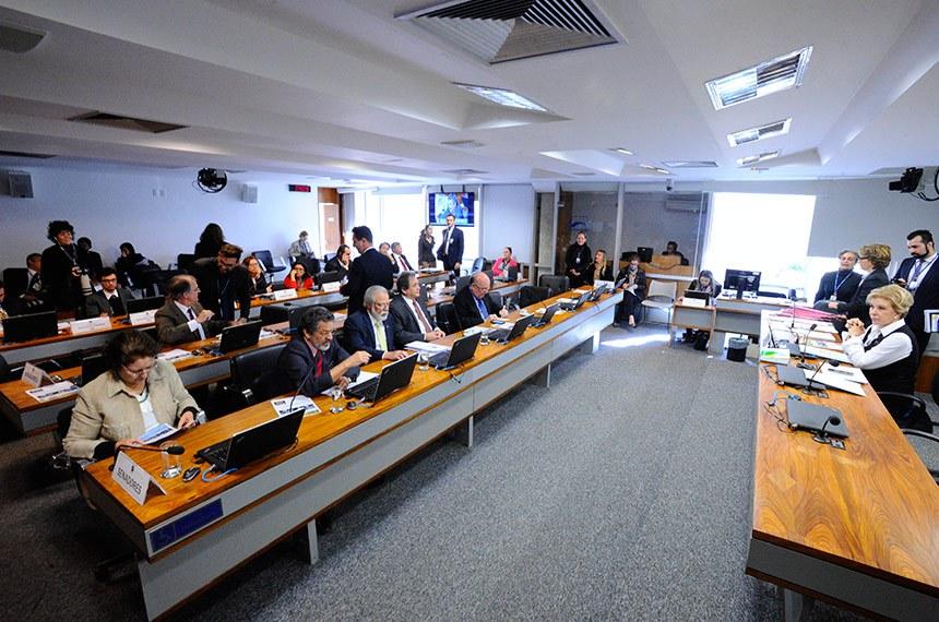 Comissão de Assuntos Sociais (CAS) realiza reunião com 18 itens na pauta. Entre eles, o PLS 304/2016, que destina mais recursos aos municípios para combate às drogas.  À mesa, presidente da CAS, senadora Marta Suplicy (MDB-SP) conduz reunião.  Bancada: senadora Maria do Carmo Alves (DEM-SE);  senador Paulo Rocha (PT-PA); senador Airton Sandoval (MDB-SP);   senador Waldemir Moka (MDB-MS); senador Flexa Ribeiro (PSDB-PA).  Foto: Edilson Rodrigues/Agência Senado