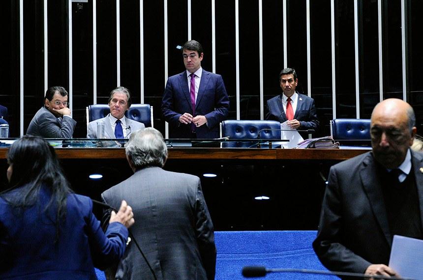 O relator do projeto, senador Pedro Chaves (D), na sessão deliberativa desta quarta-feira (30)