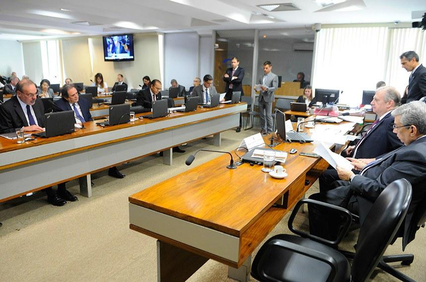 Senador Armando Monteiro (à esq. na bancada), relator do projeto que autoriza contratação de crédito entre o município de Maracanaú (CE) e o Banco Interamericano de Desenvolvimento (BID), no valor de US$ 31,7 milhões